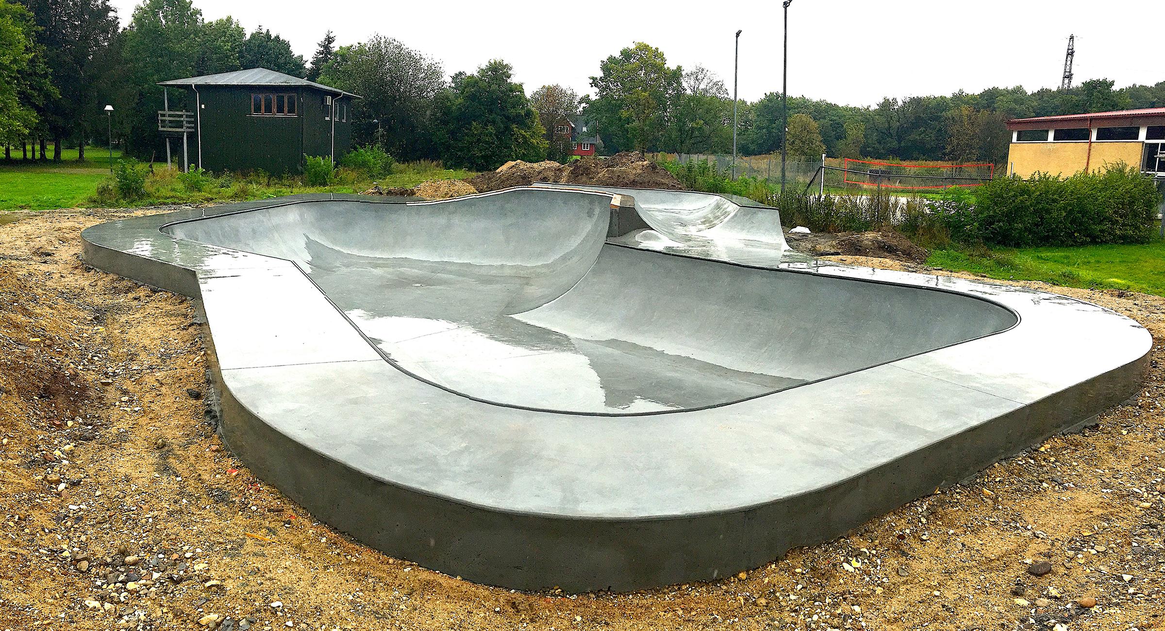 Her ses en betonbowl designet til skateboarding