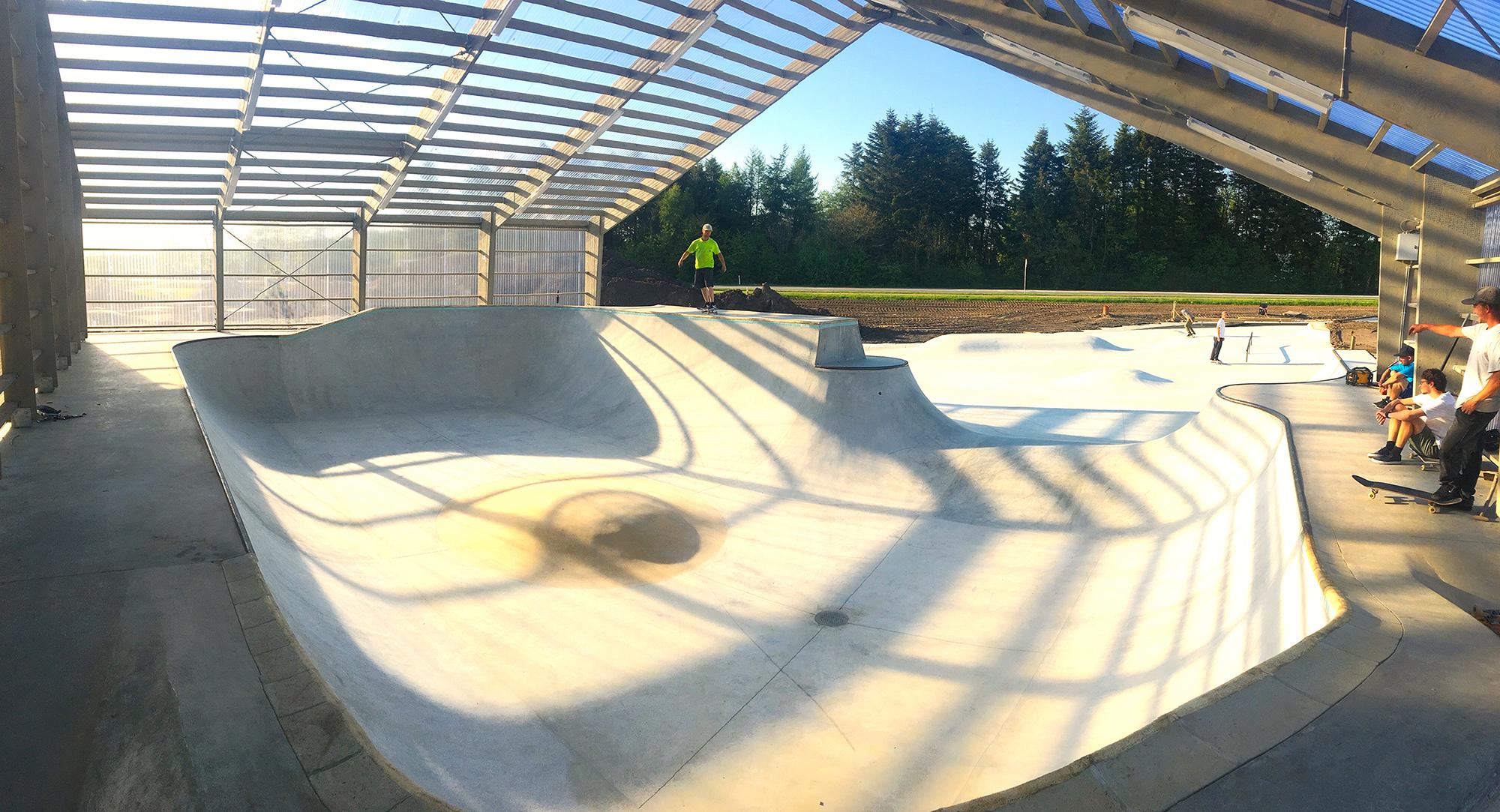 Her ses en åben betonbowl med halvtag over