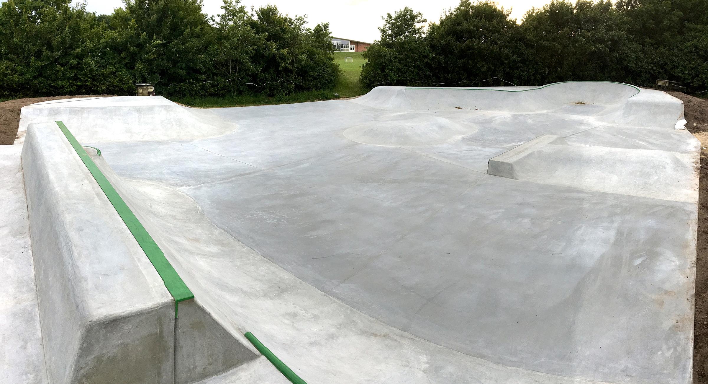 Her ses et overblik over en skatepark i beton