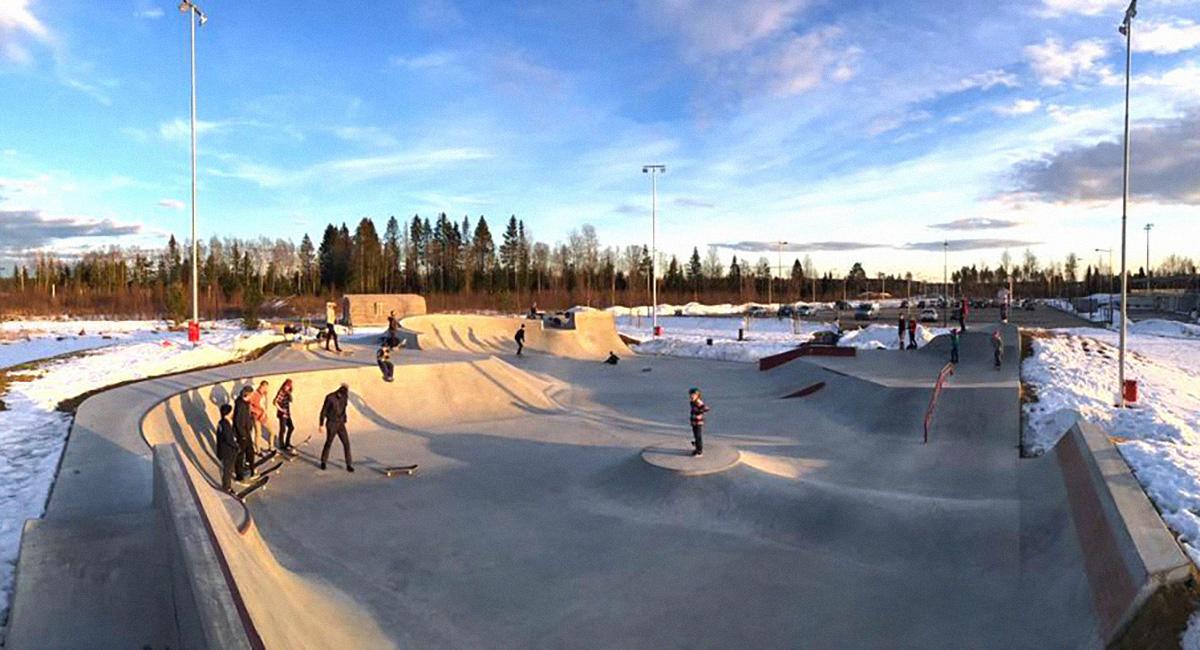 Et overbliksbillede viser en række betonramper omgivet af sne