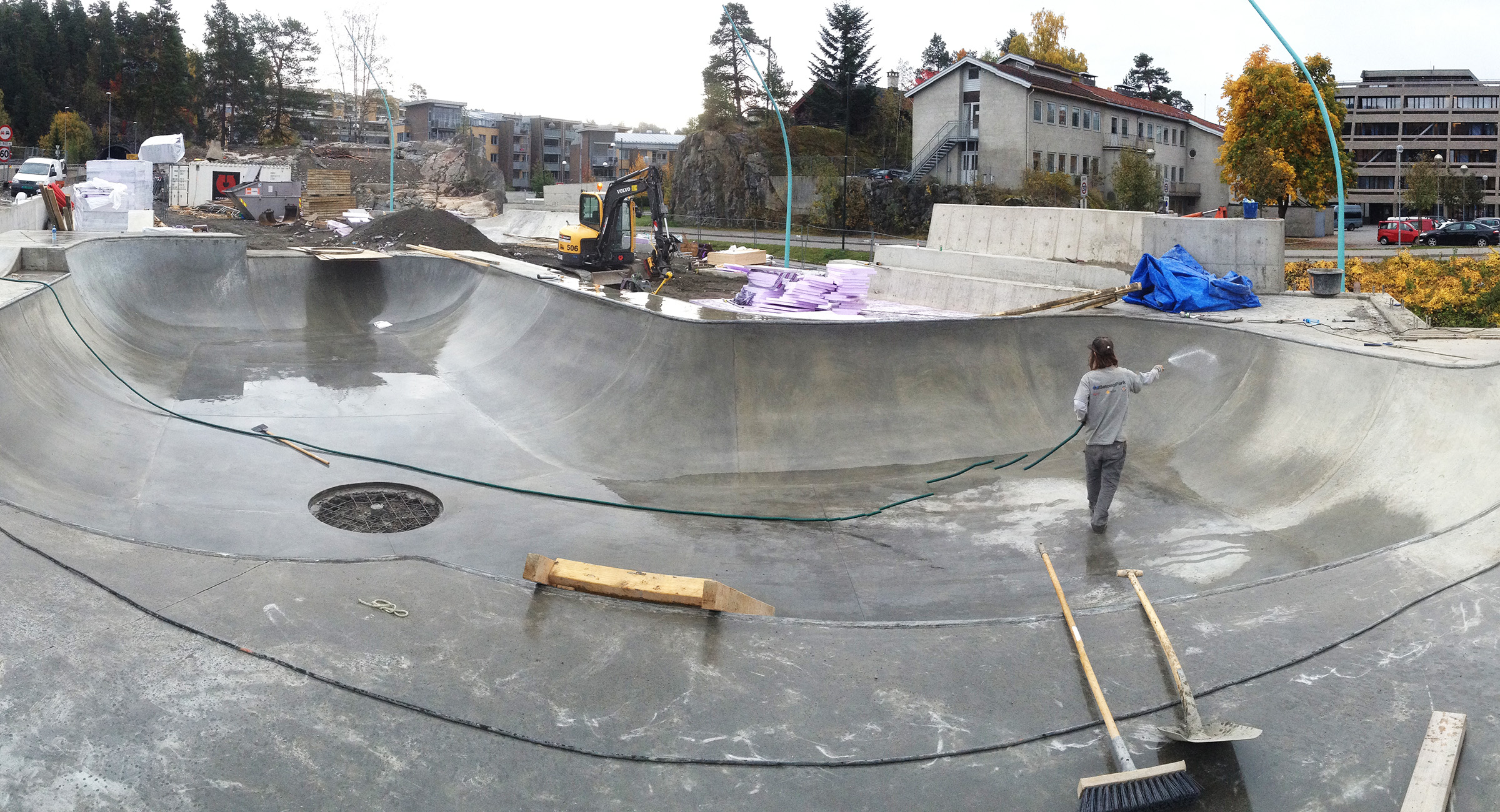 En medarbejder vasker en færdig betonrampe af