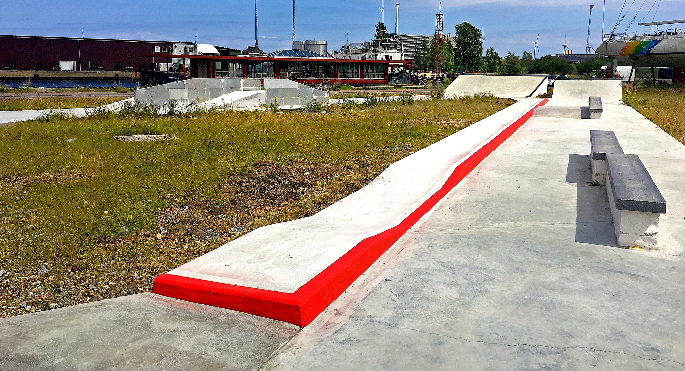 En lang curb i beton med rødmalet kant