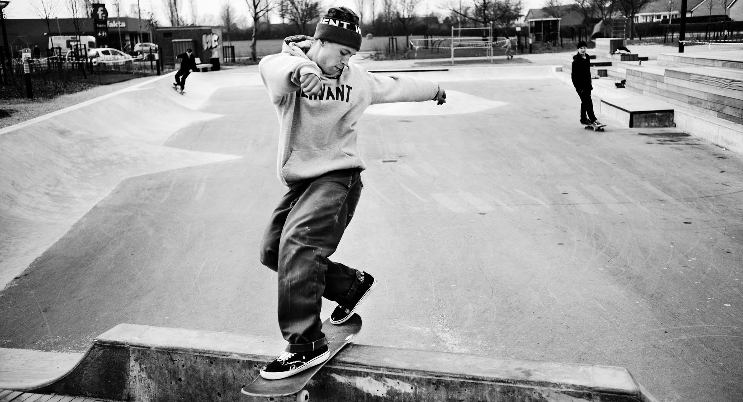 En skater laver frontside rock n roll på en betonrampe