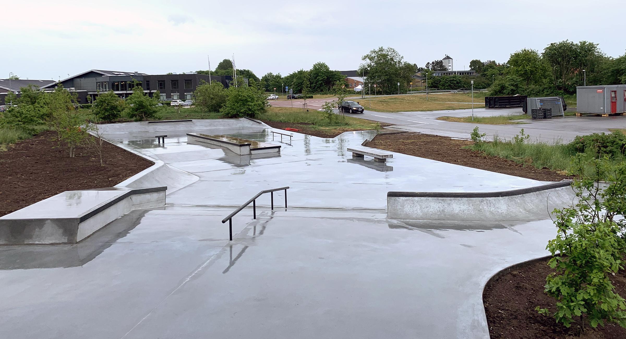 En regnvåd skatepark i beton